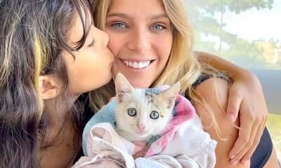 Isabella Santoni adota gato para a irmã e encanta seguidores