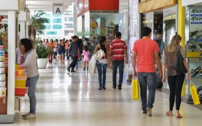 Evitar comer fora e ir ao shopping podem fazer diferença em épocas de crise