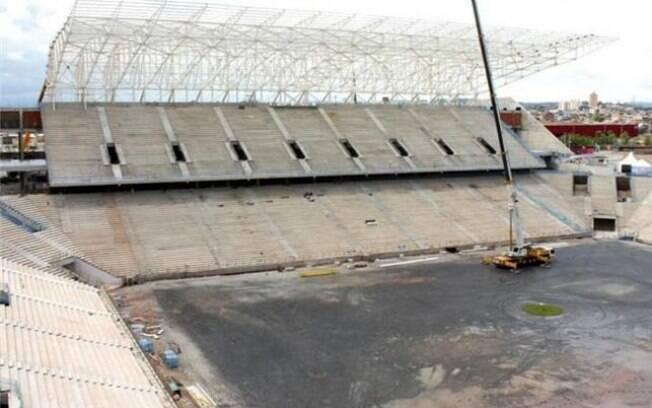Na Arena do Corinthians, começam as obras de  escavação para a implantação do gramado. Previsão  é que o gramado esteja pronto em julho