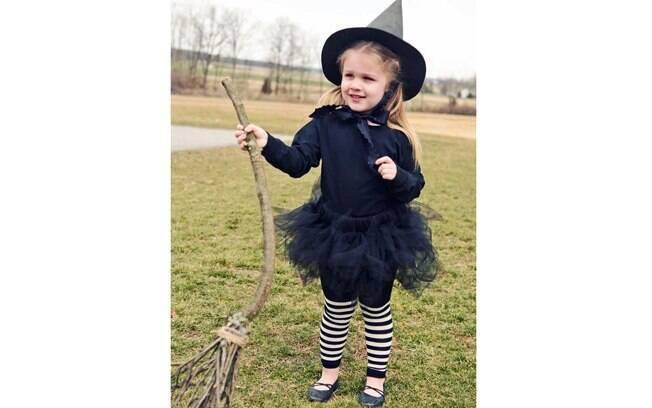A meia-calça transforma o look infantil em uma fantasia de bruxa. Depois, é só caprichar nos detalhes da saia e do chapéu