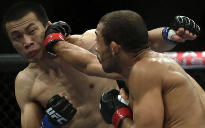 José Aldo acerta soco em Chan Sung Jung em  vitória sobre o coreano no UFC 163