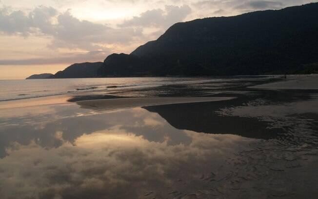 Praia de Guaecá durante o pôr do Sol