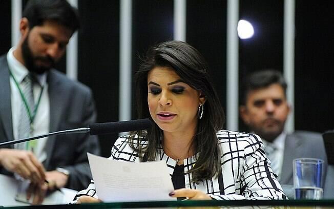 Leitura do parecer sobre a denúncia contra Michel Temer foi feita em Plenário pela deputada Mariana Carvalho