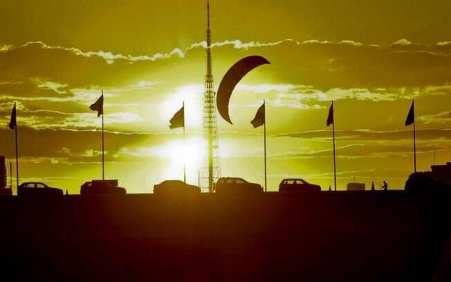 Pôr do sol na Esplanada dos Ministérios marca dia típico de outono na capital federal