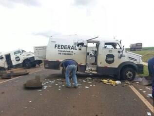 PM de Goiás acredita que grupo que realizou assalto contra três carros fortes pode ser braço do PCC que fica em Minas e São Paulo.