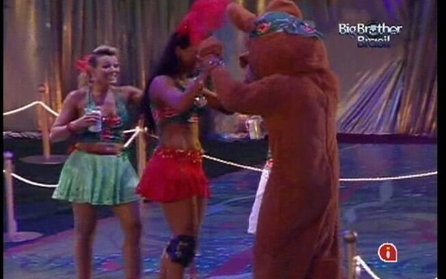 Ursinho dança com Fabiana e Kelly