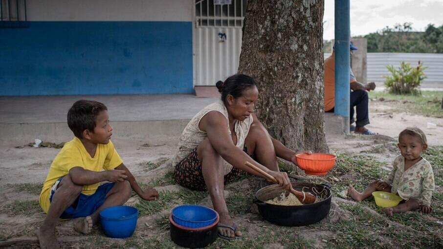 Índios venezuelanos esperando abrigo em Roraima, em 2019