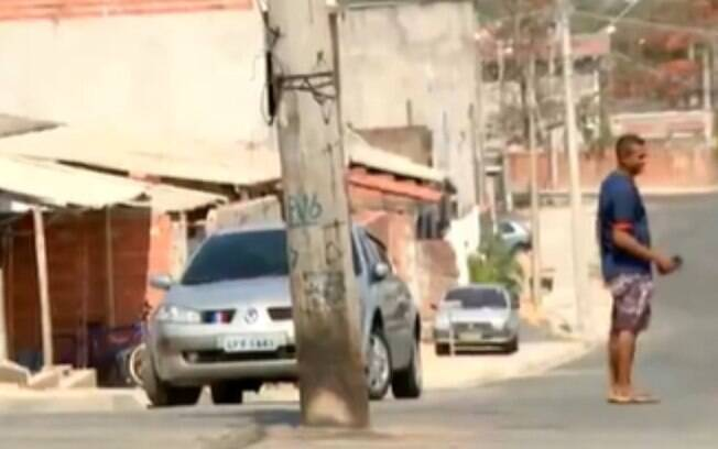 Moradores denunciam postes no meio da rua em Campinas