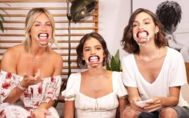 Giovanna Ewbank, Bruna Marquezine e Marina Moschen caem na gargalhada em jogo inusitado