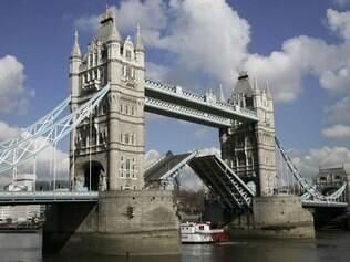 Tower Bridge foi construída sobre o rio Tâmisa e é um pontos turísticos da cidade