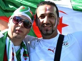 Torcedores argelinos antes da partida contra a Coreia do Sul