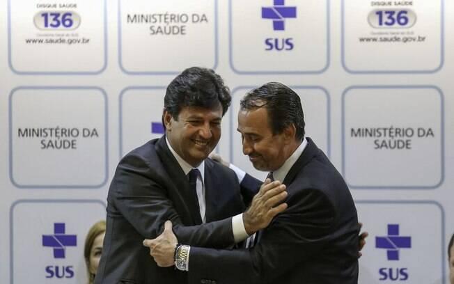 Novo ministro da Saúde, Luiz Henrique Mandetta, fala sobre Mais Médicos em cerimônia de transmissão de cargo, junto com o ex-ministro Gilberto Occhi