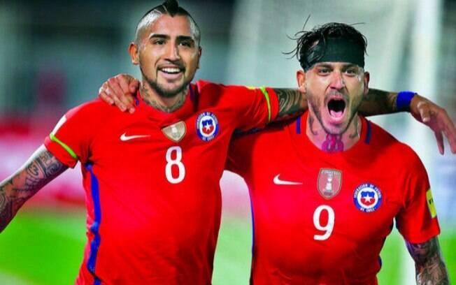 Vidal e Pinilla comemoram gol durante partida das Eliminatórias