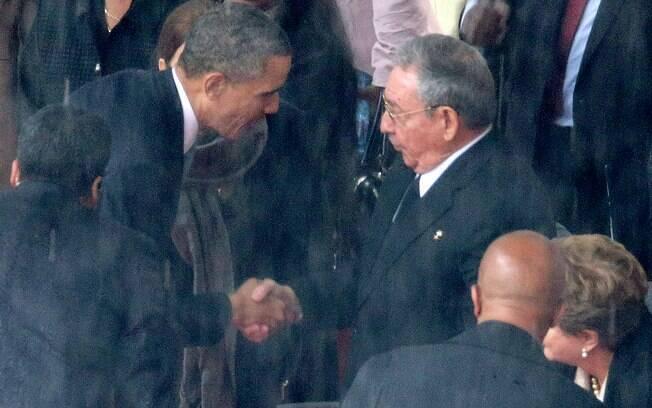 Presidentes dos EUA, Barack Obama, e de Cuba, Raúl Castro, trocam aperto de mão em cerimônia em homenagem a Mandela (10/12/2013)