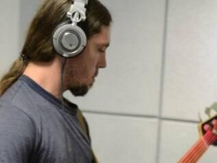 Foto do baixista na última quinta-feira (27) enquanto participava da gravação da nova música