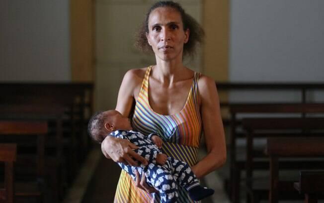 Iriana com seu filhos nos braços