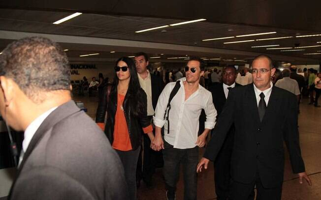 Matthew McConaughey e Camila Alves desembarcam no aeroporto de Guarulhos nesta terça-feira (10)