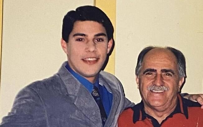 Evaristo Costa mostra foto antiga ao lado de Ary Fontoura