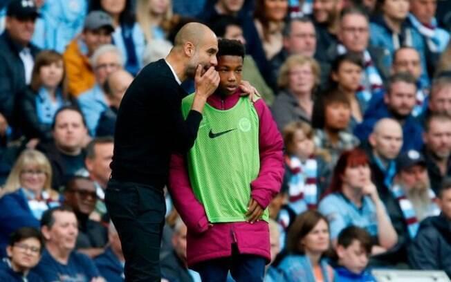 Pep Guardiola fala com gandula durante primeiro tempo de partida contra Crystal Palace