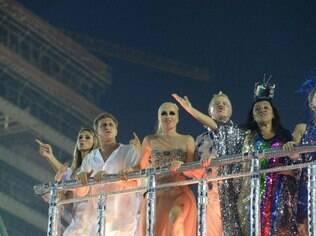 Desfile da Beija-Flor reuniu um time de famosos, como Huck e Angélica, para celebrar Boni