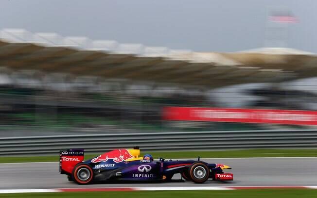 Vettel pilota sua Red Bull durante o GP da  Malásia