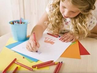 Disponibilizar folhas de papel e lápis de cor ou giz de cera é ótimo para exercitar a criatividade infantil