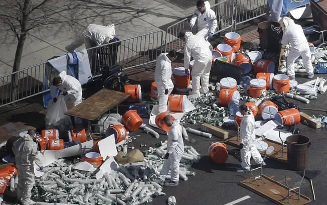 Investigadores vasculham área perto de linha de chegada de Maratona de Boston dois dias depois de explosão de bombas (17/04). Foto: AP