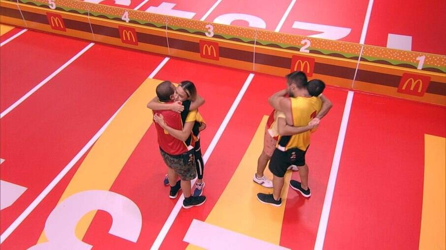 BBB 21: Projota e Arthur abraçam os últimos eliminados da prova