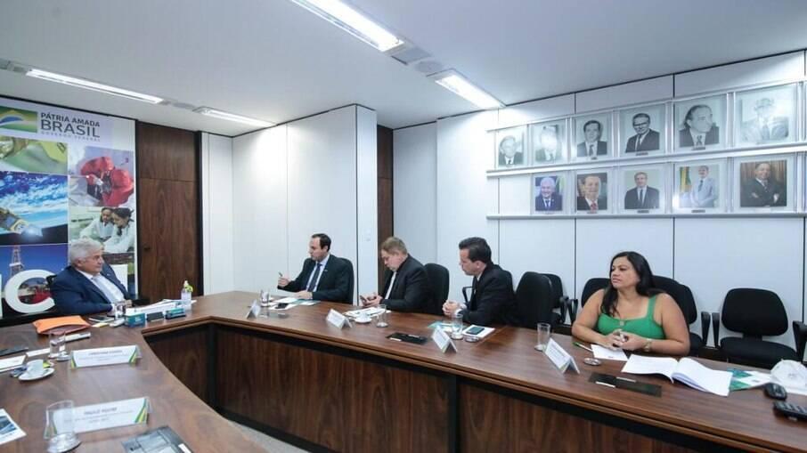 O ministro Marcos Pontes e a diretoria do SENEISP em reunião do gabinete ministerial