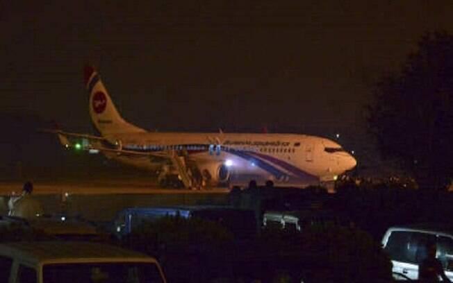 Avião comercial realizou pouso de emergência após tentativa de sequestro, em Bangladesh