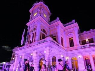 Praça da Estação, no centro de BH, foi iluminada de rosa em 2013