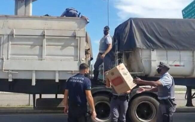 Receita apreende caminhão com 550 mil cigarros contrabandeados em Valinhos
