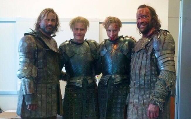 Gwendoline Christie and Rory McCann With e seus dublês em Game Of Thrones