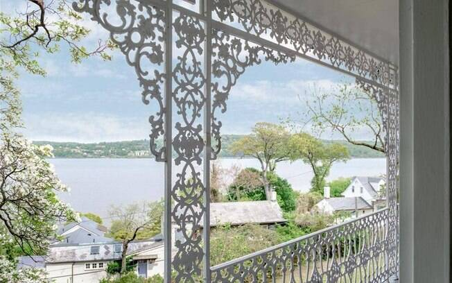 A mansão dos famosos tem vista para o rio Hudson, em Nova York, e é coberta por plantinhas nas paredes