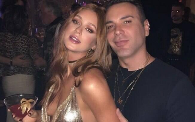 Marina Ruy Barbosa ousa no decote quase mostra demais em clique com Matheus Mazzafera. Ruiva comemorou seus 23 anos no sábado (30)