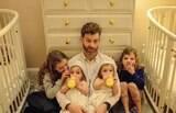 Pai de quatro filhas bomba ao compartilhar rotina da família na web