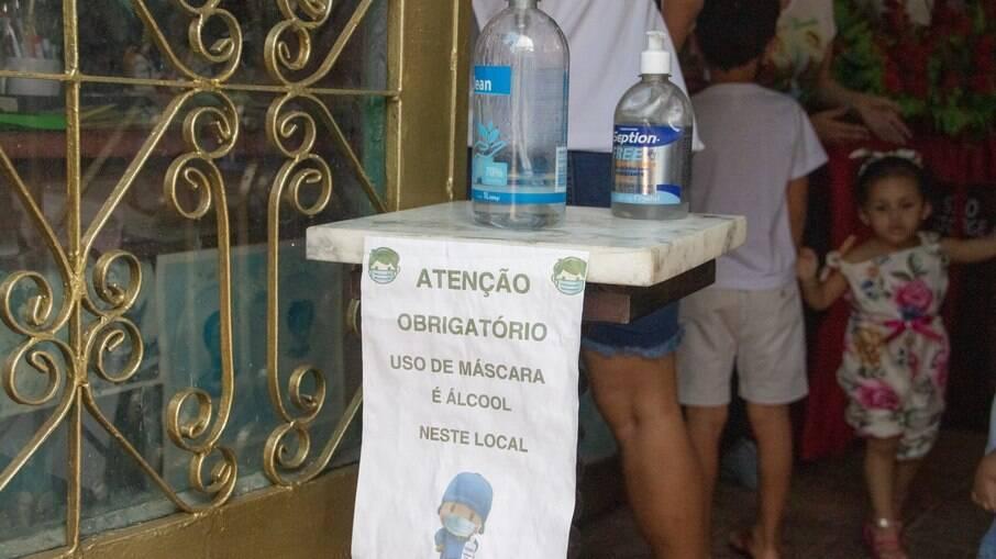 Placa pedindo o uso de máscaras em igreja no Rio de Janeiro