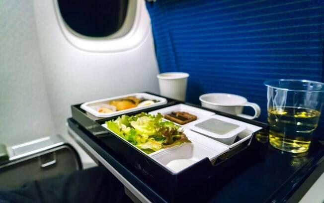 Comidas que você nem imagina devem ser evitadas no avião