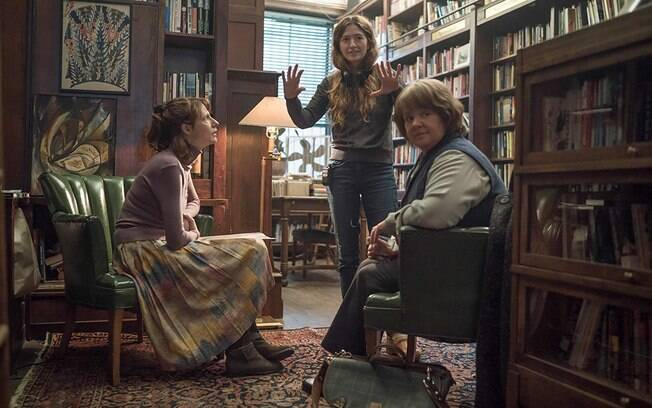 A diretora Marielle Heller orienta as atrizes Melissa McCarthy e Dolly Wells no set de Poderia me Perdoar?