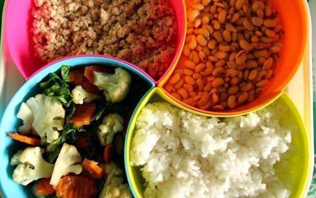 Na Indonesia, grupo de voluntárias cozinha todo os dias grãos, vegetais e carne para que crianças  recebam os nutrientes
