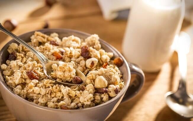 Com uma mistura de cereais, frutas e super alimentos, os benefícios da granola são inúmeros, tanto para a saúde quanto para a dieta