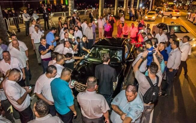 Taxistas em frente ao hotel Unique, em São Paulo, tentaram  barrar motoristas do aplicativo Uber