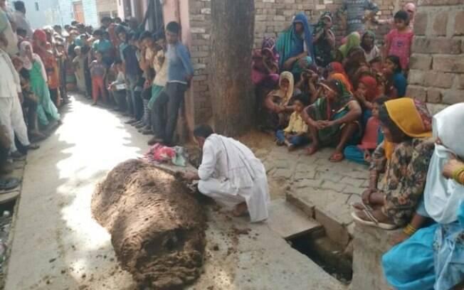 Vizinhos se reuniram no quintal da residência, em Uttar Pradesh, e presenciaram  mulher sendo enterrada com as fezes