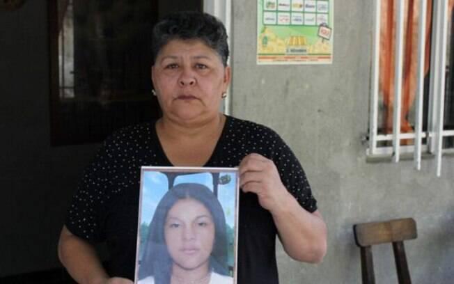 Margarita Restrepo, com a foto da filha desaparecida: ela há 12 anos espera por notícias sobre o paradeiro da jovem