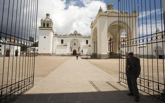 Catedral de Nossa Senhora de Copacabana fica às margens do Lago Titicaca