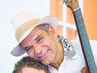 Augusto Cordeiro e Tau Brasil se revezam em viola, violão e voz