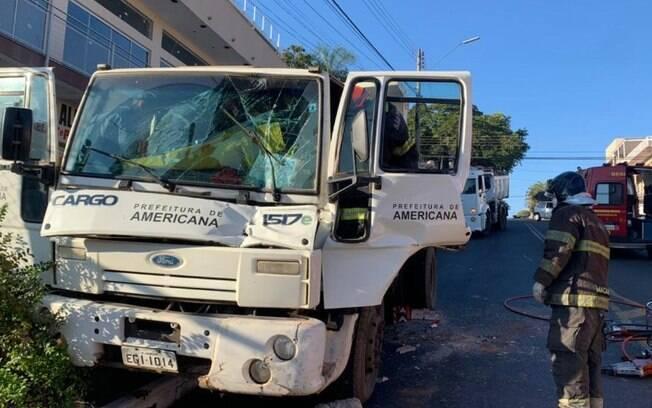 Acidente entre caminhões da Prefeitura de Americana deixa motorista preso nas ferragens