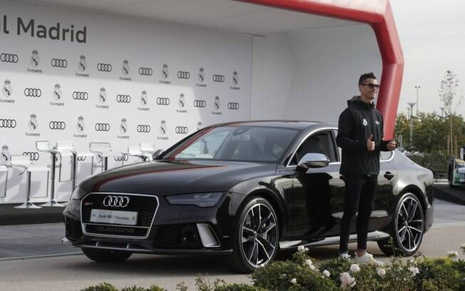 """A Audi é a patrocinadora oficial do Real Madrid e """"presenteou"""" Cristiano Ronaldo com um sedã cupê RS7"""