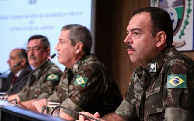 Secretário de Segurança, General Richard Fernandez Nunes (dir.), ao lado do interventor Braga Netto e de Mauro Sinott