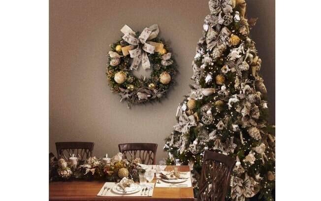 decoracao arvore de natal vermelha e dourada: prateado. A paleta traz elegância à árvore. Foto: Divulgação